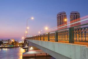 trafic sur le pont au coucher du soleil