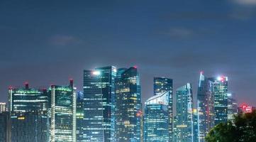paysage urbain de Singapour la nuit photo