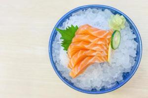 sashimi de saumon sur glace