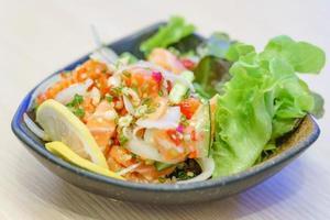 sashimi de saumon à la sauce piquante épicée