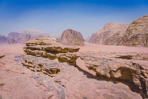 le petit pont rocheux, wadi rum, jordanie photo