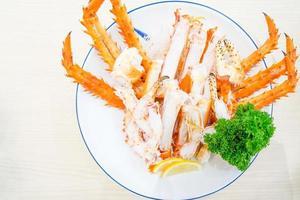 pattes de crabe royal rouge avec tranches de citron frais photo