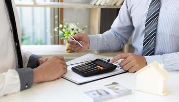 gens d & # 39; affaires discutant des finances photo