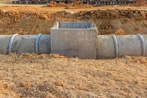 tuyau de drainage et regard sur un chantier de construction