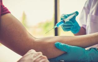 personne recevant un vaccin