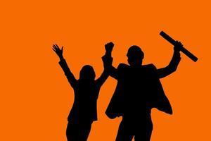 silhouette de deux personnes sur fond orange photo