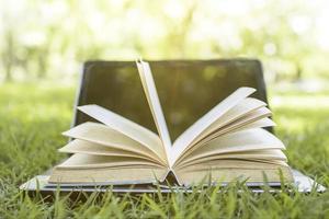 livre et ordinateur portable à l'extérieur dans le parc photo