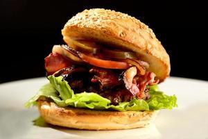 Hamburger chargé sur une assiette
