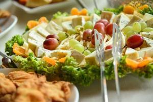 plateau de fromages avec légumes et fruits