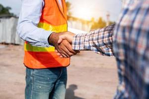 travailleurs de la construction se serrent la main photo