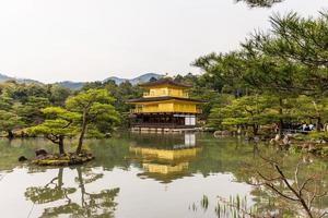 Le temple kinkakuji à kyoto, japon photo