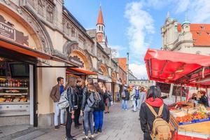 Les piétons au viktualienmarkt à Munich, Allemagne, 2016