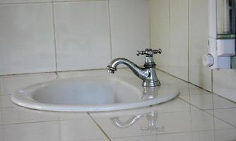 évier et robinet blancs photo