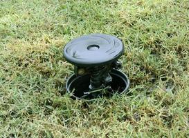 Système d'arrosage dans une herbe de champ agricole photo