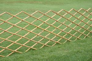 clôture en bambou dans l'herbe