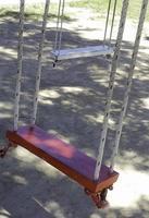 balançoires en bois à l'extérieur photo
