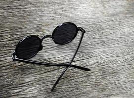 lunettes de soleil noires sur bois photo