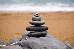 pierre en équilibre sur la plage photo
