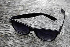 lunettes de soleil sur bois photo
