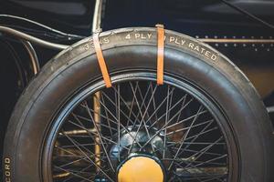 roue de secours d'une vieille voiture classique photo
