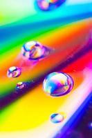 gouttes deau sur une surface colorée photo
