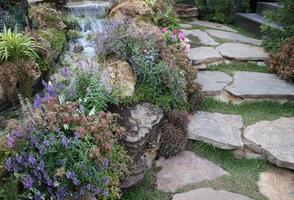 escaliers en pierre et fleurs photo