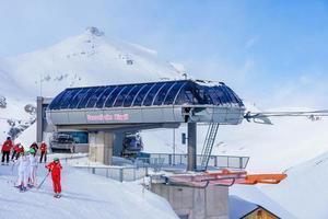Skieurs dans les Alpes suisses à Mürren, Suisse photo