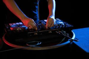 DJ jouant de la musique de platine à la soirée dans un club photo