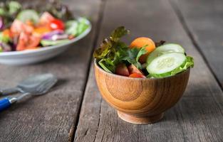 salade de légumes frais sur fond de bois