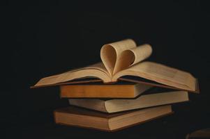 nature morte avec un livre en forme de coeur photo