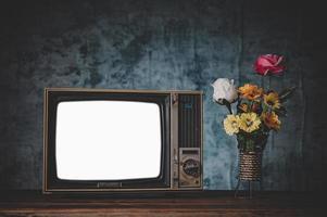 Old retro tv encore la vie avec des vases à fleurs photo