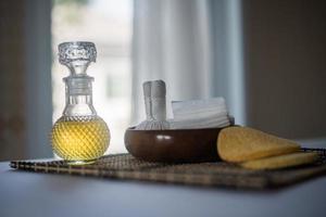 bouteille d'huile essentielle et soins spa photo