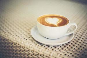 café latte art avec mousse de lait en forme de cœur photo