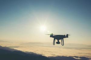 drone volant au coucher du soleil photo