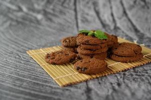 Une pile de cookies sur un panneau en bois sur une table en bois