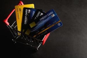 cartes de crédit dans un petit chariot photo