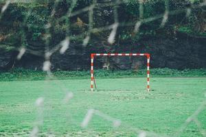 filet déchiré sur le but de football