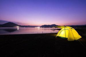 tente jaune au coucher du soleil photo