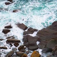 rochers et vagues sur la côte de bilbao, espagne photo