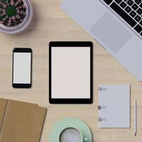 maquette d'espace de travail sur table avec ordinateur portable, tablette et téléphone photo