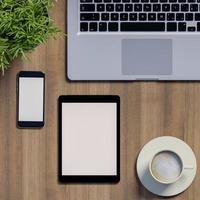 maquette de l'espace de travail avec téléphone vierge et tablette sur table photo