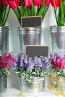 fleurs dans des seaux