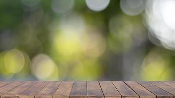 Table en bois vide floue avec bokeh, fond vert naturel flou