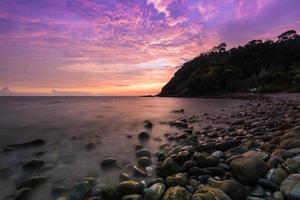 longue exposition des vagues au coucher du soleil photo