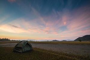 tente de camping au coucher du soleil photo