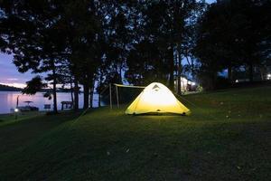 tente de camping la nuit photo