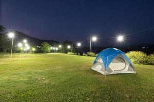 tente de camping avec guirlandes lumineuses photo