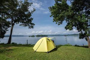 tente de camping jaune photo