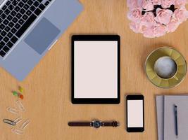 maquette de tablette et de téléphone intelligent sur un espace de travail de table photo