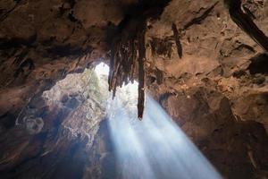 la lumière du soleil à travers une grotte photo